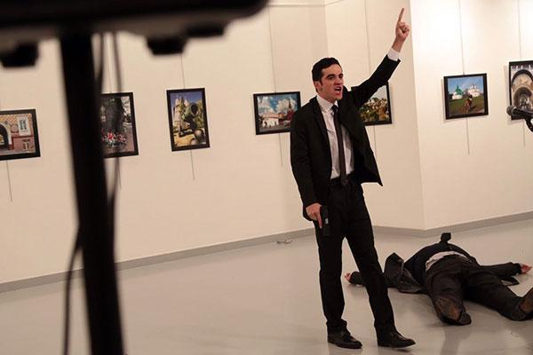 بالفيديو .. مقتل السفير الروسي في أنقرة بعد تعرضه لهجوم مسلح