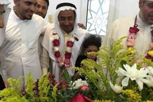 والد الشهيد العيسى يستقبل المعزين بالابتسام وأكاليل الورد