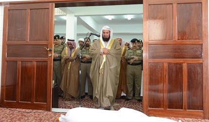 بالصور.. مدير الأمن العام يتقدم المصلين على جثمان الشهيد العريف القحطاني