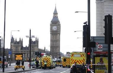 سيارات اسعاف قرب جسر وستمنستر في لندن الذي شهد هجوما يوم الأربعاء