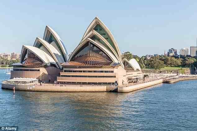 """وهنا توجد نسخة مقلدة لدار أوبرا """"سيدني"""" الاسترالية قرب أحد الأنهار، ولكن الموقع الأصلي لدار الأوبرا يطل على مرفأ."""