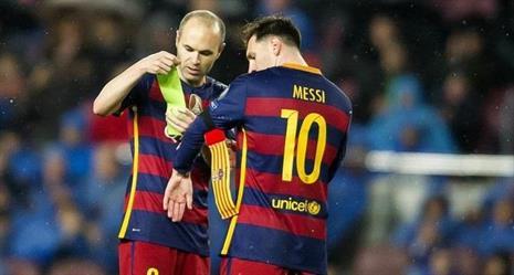 إنيستا يبلغ زميله ميسي بأنه سيغادر برشلونة بعد أسابيع