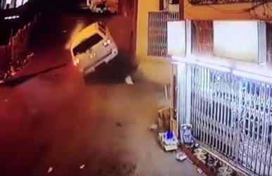 بالفيديو.. قائد جيب متهور يتسبب بإصابة أحد المارة بجازان