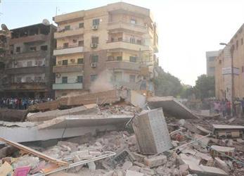 شاهد.. لحظة انهيار عقار من 5 طوابق بعد ميله على المنزل المجاور بسوهاج جنوبي مصر