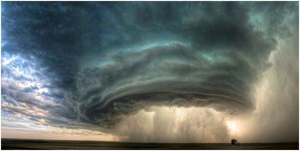 """تعد  """"سوبر سل"""" """"SuperCell"""" أقوى وأشد أنواع العواصف الرعدية، ولحسن الحظ أنها ظاهرة نادرة الحدوث، ولا تحدث عادة مع العواصف الرعد"""