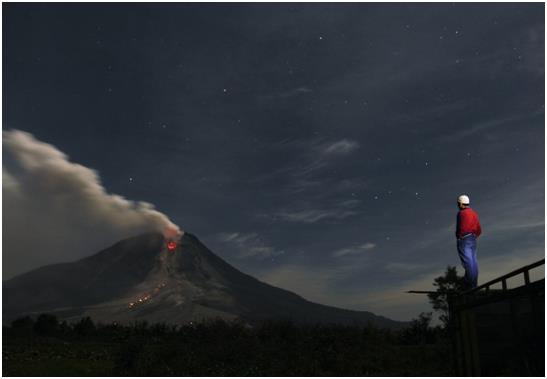 ثوران بركان جبل سينابونغ، الواقع في غرب جزيرة سومطرة الإندونيسية، مما أجبر آلاف السكان على هجر منازلهم.