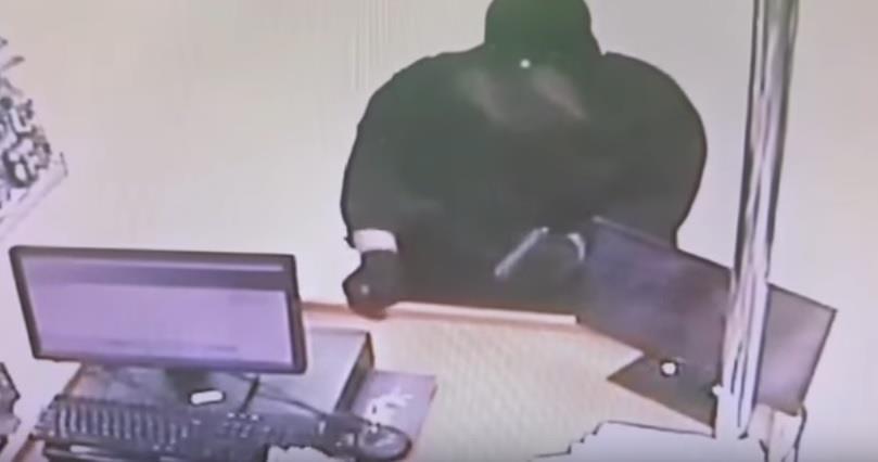 بالفيديو.. لص مسلح بملابس نسائية يسطو على صيدلية بمكة المكرمة