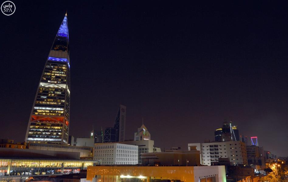 بالصور.. إضاءة برجي المملكة والفيصلية في الرياض بألوان العلم الفرنسي