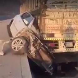 """شاحنة تسحق """"كامري"""" ونجاة مواطن وعائلته بشكل لا يصدق – فيديو"""