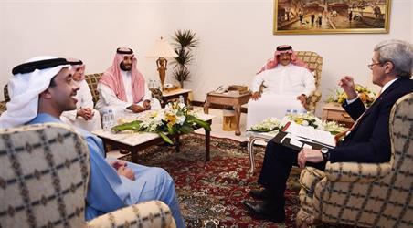 ولي العهد وولي ولي العهد ووزير الخارجية الإماراتي يعقدون اجتماعاً مع وزير الخارجية الأمريكي