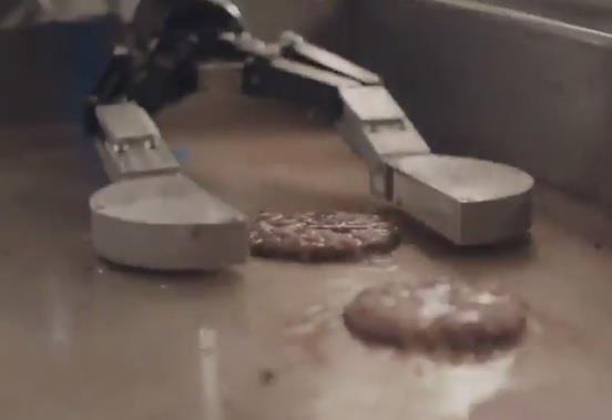 """بالفيديو.. """"روبوت"""" يعد وجبات المطاعم و""""متحدث التجارة"""": سيطبق في 50 مطعمًا عام 2019"""