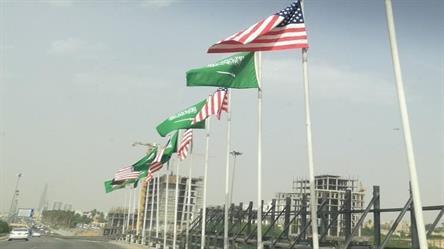 سر رفرفة العلم السعودي بسهولة عن الأمريكي في شوارع الرياض