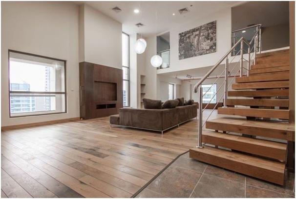 تقع هذه الشقة في الدور العلوي في مساكن شاطىء الجميرا، وتتسم بعدة تفاصيل معمارية مثل النوافذ الكبيرة التي تسمح بإطلالة مميزة.