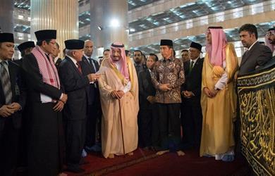 """""""حزام الكعبة"""" هدية خادم الحرمين لأحد أكبر مساجد أندونيسيا"""