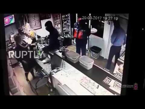 زبون متجر بروسيا ينجح في طرد لص فاجأ البائعة بمسدس بغرض السرقة