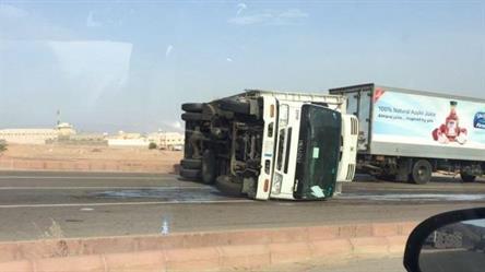 حادث انقلاب لشاحنة احدى الشركات بحقل