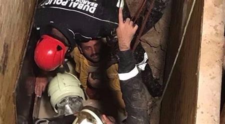 انقاذ عامل انهار عليه التراب في حفرة بدبي