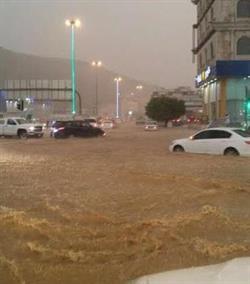 بالفيديو والصور.. أمطار غزيرة تغلق طرق وشوارع الباحة