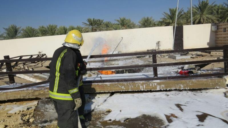 بالصور.. مدني بريدة يخمد حريقاً في خزان محطة وقود