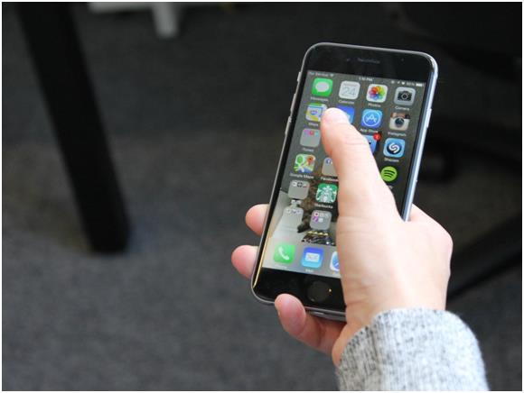"""بينما يمكن التحكم في هاتف """"ايفون 6"""" بيد واحدة بسهولة أكثر."""