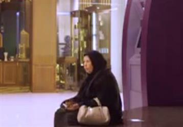 """مقطع لطيف ومؤثر لمسنة في برنامج بحريني تتلقى مساعدة من """"جهاز آلي"""" وتنخرط بالبكاء"""