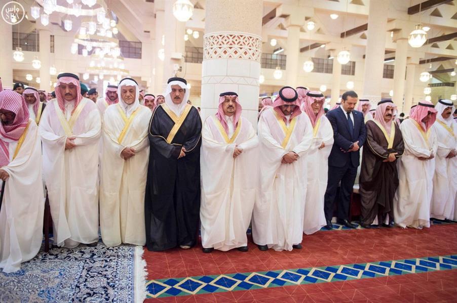 خادم الحرمين يؤدي صلاة الميت على الأميرة جواهر بنت عبدالعزيز