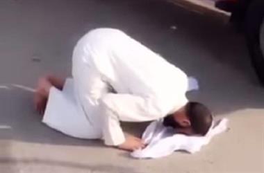 سجين الجبيل المعفو عنه في ساحة القصاص يسجد لله شكرا بعد الإفراج عنه