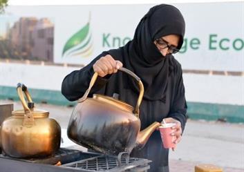 بالصور.. سعودية تمتهن بيع الشاي على الحطب مع بناتها الجامعيات.. وتؤكد: أفضل من البطالة
