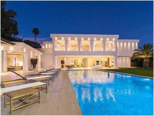 """يحتوي هذا المنزل في مدينة """"بيفرلي هيلز"""" بولاية """"كاليفورنيا"""" ، على حمام سباحة يعمل بتكنولوجيا فائقة، لديه نظام صوتي تحت الماء م"""