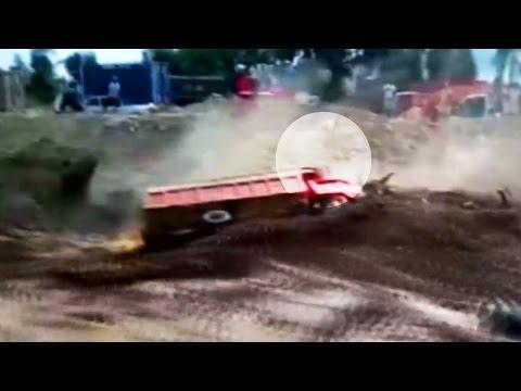 نجاة سائق شاحنة من سيول طينية جرفت شاحنته في البيرو