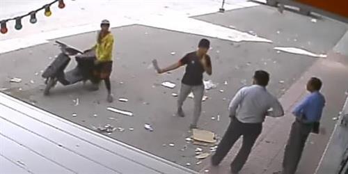 شابان يهددان وافدين بساطور في وضح النهار بالرياض ويسلبانهما.. والشرطة تلاحقهما