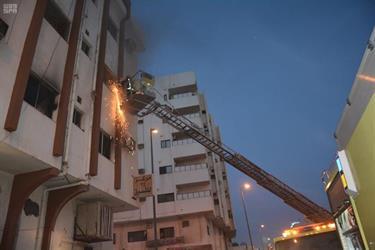 مدني تبوك ينقذ 21 شخصاً من حريق المهرجان في حي المهرجان