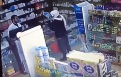 بالفيديو.. لص يسطو على صيدلية ومحل ملابس خلال أسبوع واحد في نفس الشارع بحائل