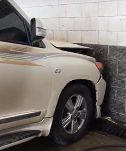 """حادث غريب... """"لاند كروزر"""" تسقط من فوق جهاز غسيل """"بستم"""" وترتطم بالجدار"""