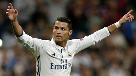زيدان يحاول إقناع رونالدو بعدم ترك ريال مدريد.. وكريستيانو يفضل الصمت