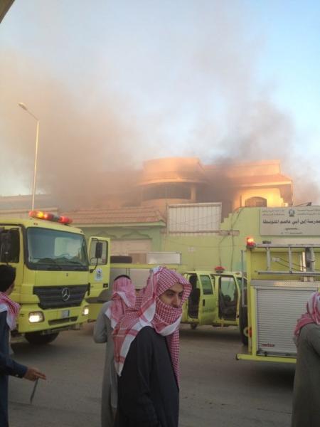 """بالصور: """"مدني الرياض"""" يسيطر على حريق متوسطة النسيم .. ولا إصابات"""