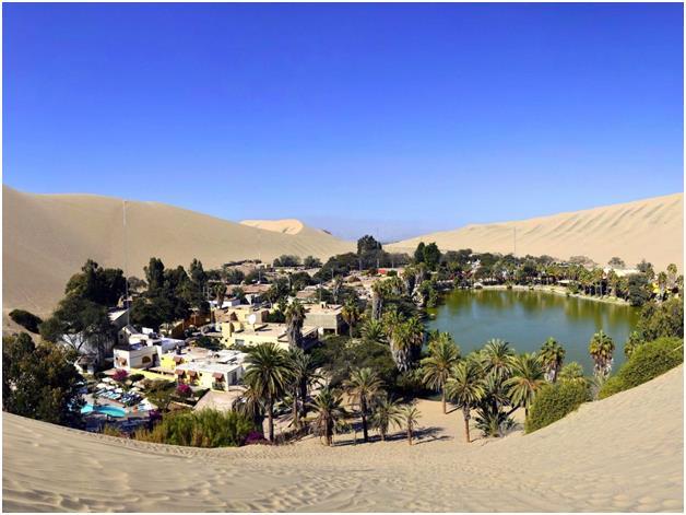 منتجع Huacachina في بيرو، وهي منطقة تجمع واحات في إقليم إيكا، والتي تشتهر بكثبانها الرملية، وتستقطب السياح الراغبين في التزلج