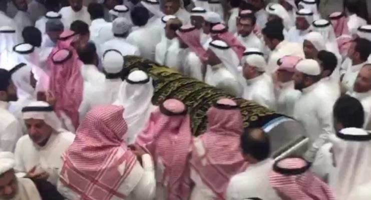 """المبتعث """"الحسن"""" يُدفن في نفس اليوم مع والدته في مشهد مهيب.. وجموع غفيرة تشيعهما (صور)"""
