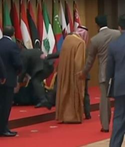 لحظة سقوط الرئيس اللبناني بالقمة العربية بالأردن