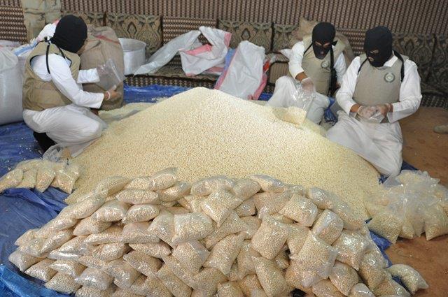 إحباط محاولة تهريب مليون قرص إفيتامين مخبأة في شحنة أغذية حيوانات أثناء نقلها إلى المملكة
