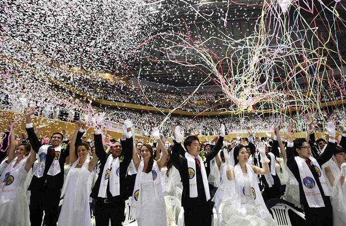 بالصور .. 3500 عريس وعروس في أكبر حفل زفاف جماعي بكوريا الجنوبية