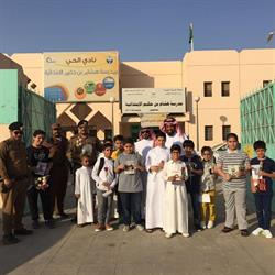تعليم شرق الرياض ورجال الأمن يستقبلون الطلاب بالورود والحلوى في أول يوم دراسي  (فيديو وصور)