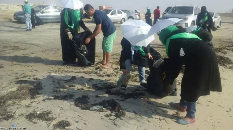 بالصور.. 100 فلبيني يتطوعون لتنظيف شاطئ العقير بالأحساء