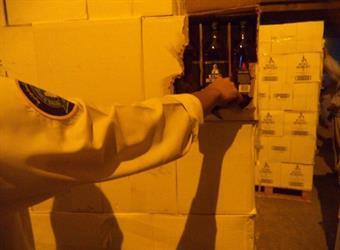 إحباط تهريب أكثر من 26 ألف زجاجة خمر مُخبأة داخل صابون غسيل  - صور