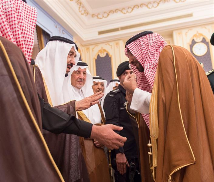 خادم الحرمين يستقبل الأمراء والوزراء والعلماء وجمعاً من المواطنين في قصر السلام