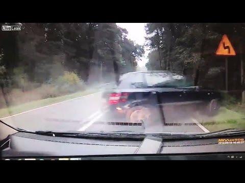 حادث سير مروع لسيارة تقفز حواجز الطريق الجانبية
