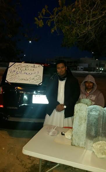 سعودية تقدم المشروبات الساخنة مجاناً للمارة مشترطةً الدعاء للمرابطين بالحد الجنوبي - صور