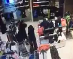 بالفيديو.. سيدة تغافل أخرى في إحدى الأسواق بجدة وتسرق محفظتها