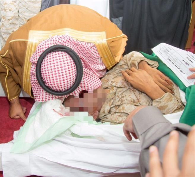 صورة مؤثرة لأمير الباحة وهو يقبل جبين شهيد مخضبا بالدم...