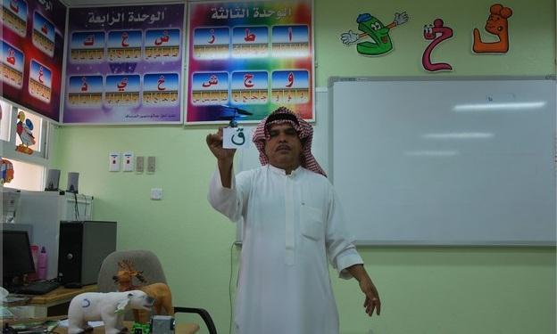بالصور: معلم في الرس ينفق  من ماله الخاص ويبدع في  تجميل الفصل والترفيه عن طلابه